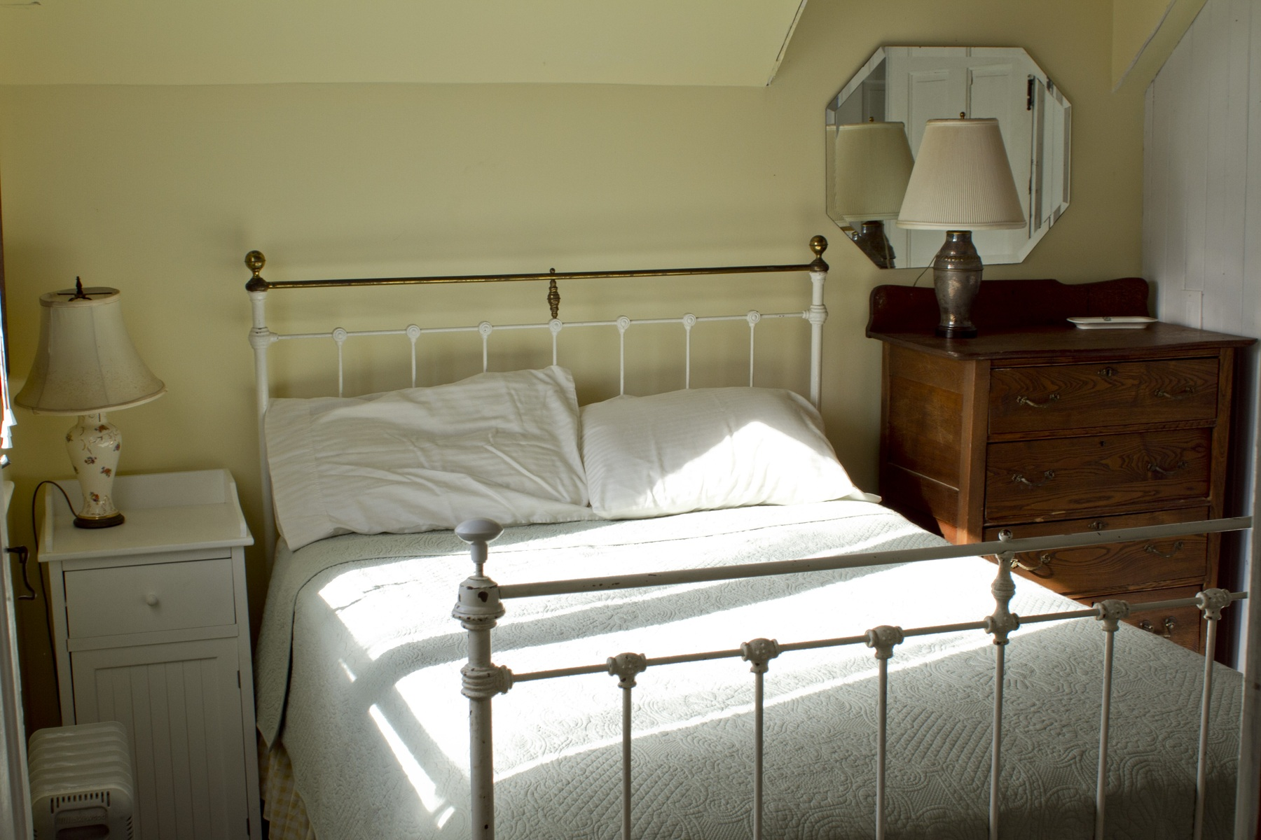 Photos of the feathered nest on peaks island maine for Guest room bed size